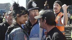 Saffiya Khan sfida con un sorriso dei bulli che minacciano una donna musulmana velata